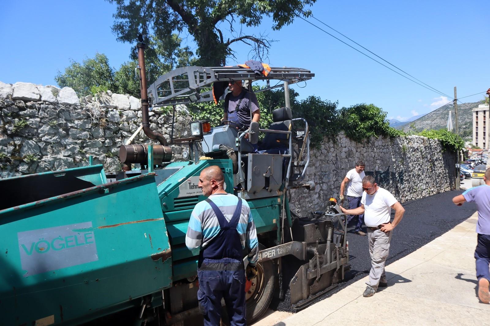 Saniran asfaltni zastor u ulici Od Gaja