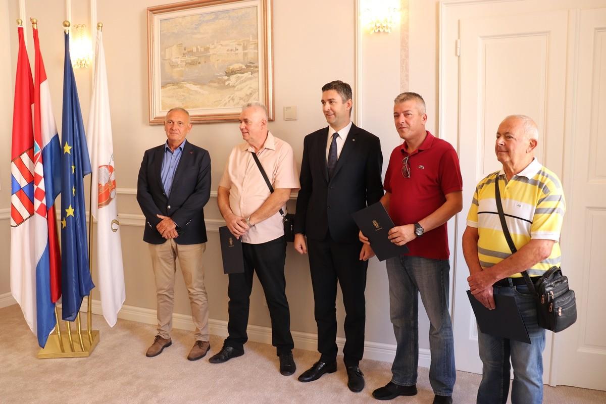 Trojici hrvatskih ratnih vojnih invalida gradonačelnik Franković uručio ugovore o kupoprodaji stanova