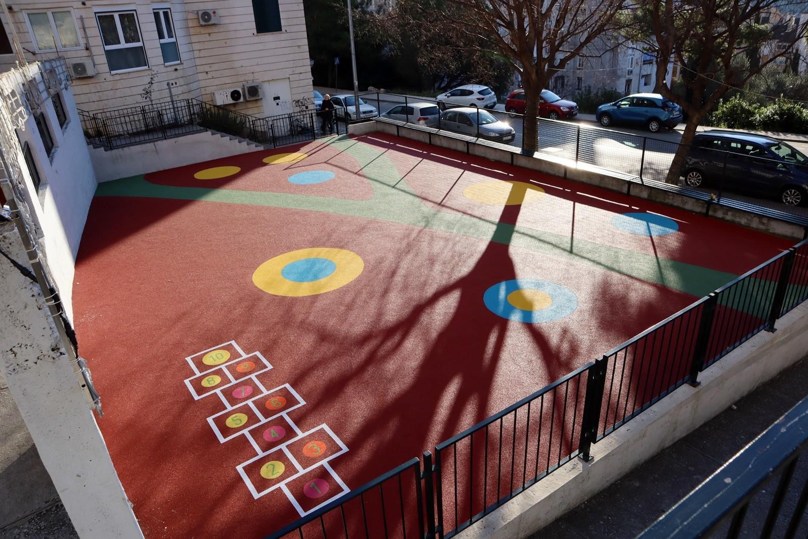 NAJŠARENIJE U GRADU Uređeno i oslikano dječje igralište u Novoj Mokošici