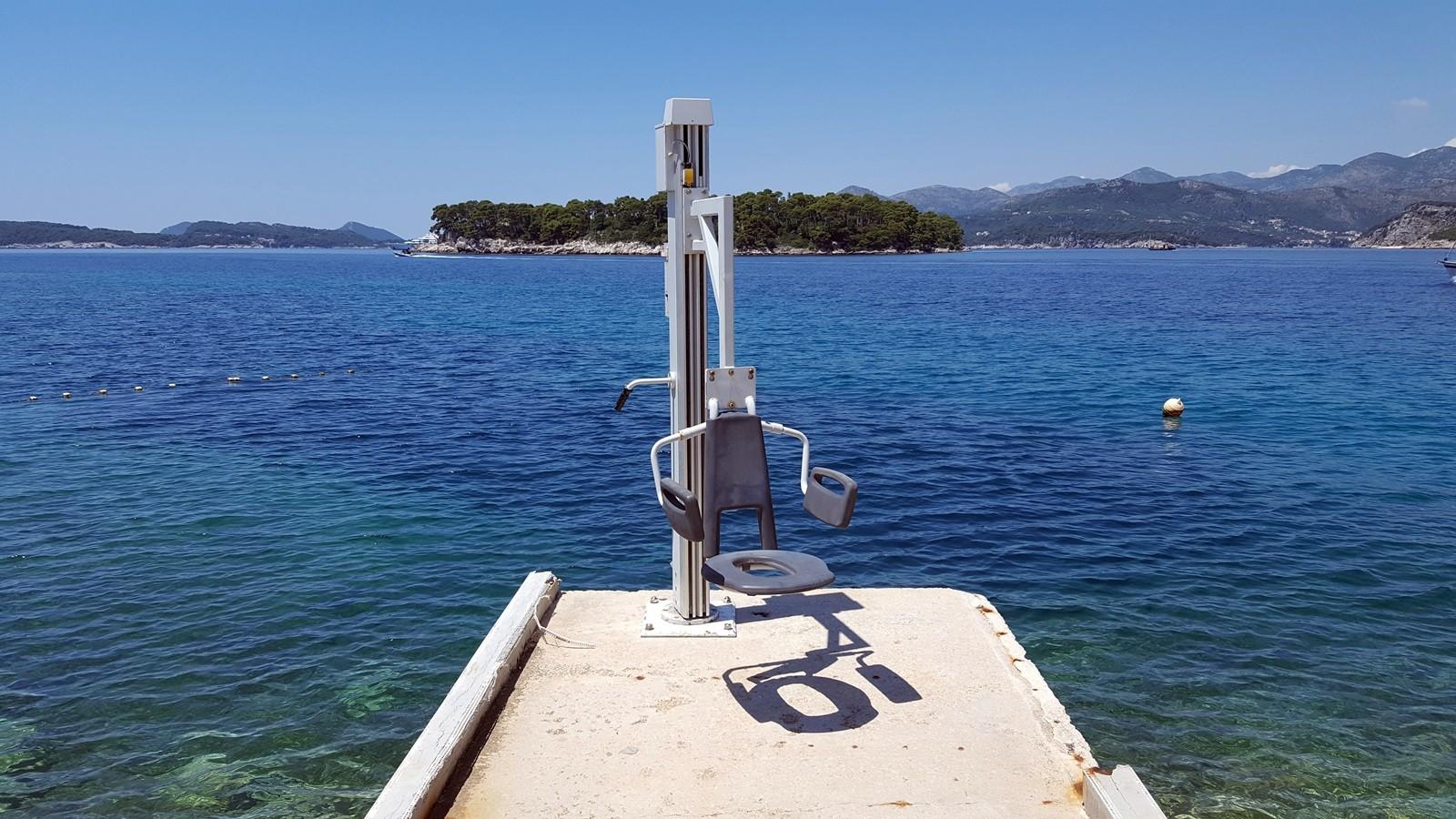 Na dubrovačkim plažama postavljaju se novi lifteri za osobe s invaliditetom