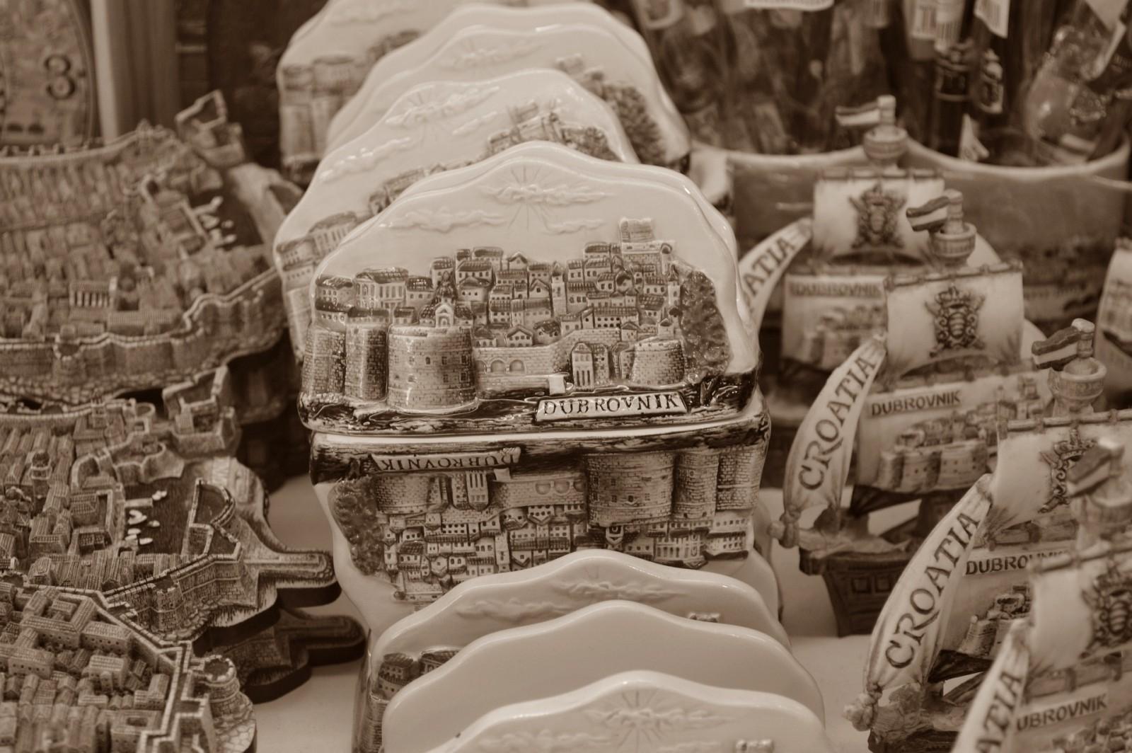 JAVNI NATJEČAJ za davanje u zakup javih površina (štandovi, banci, stolići, prodaja slika i rukotvorina, info pultovi)