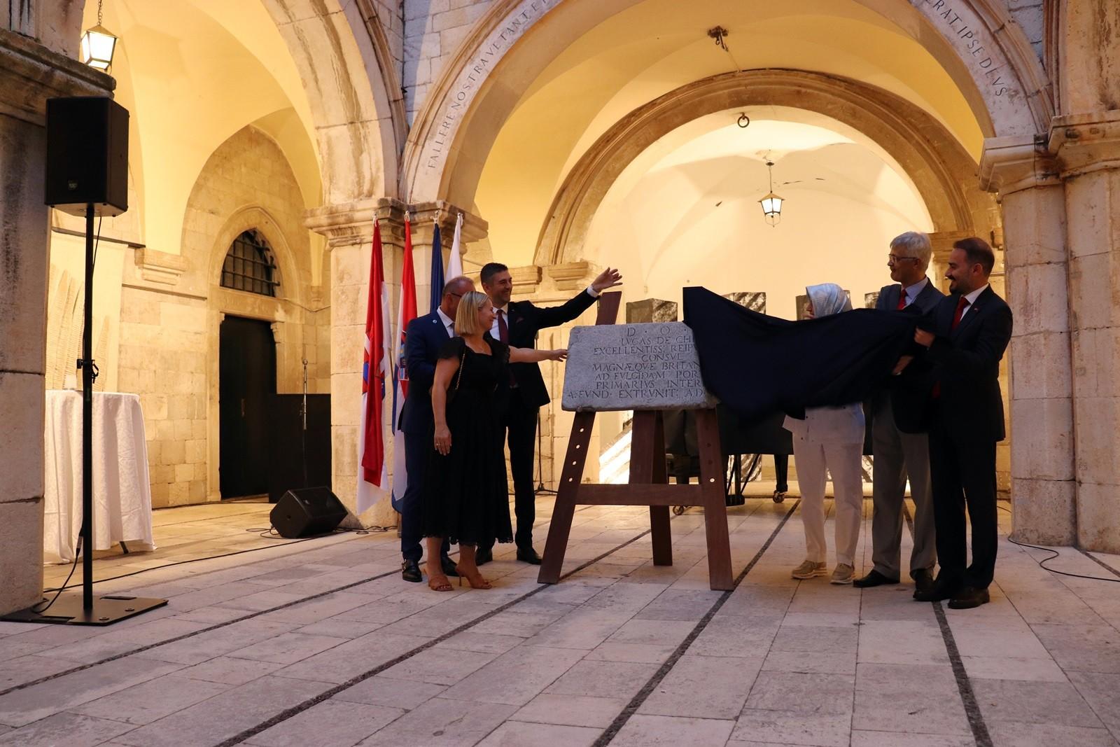 Replika originalne ploče Konzulata Dubrovačke Republike u Istanbulu donirana Gradu Dubrovniku