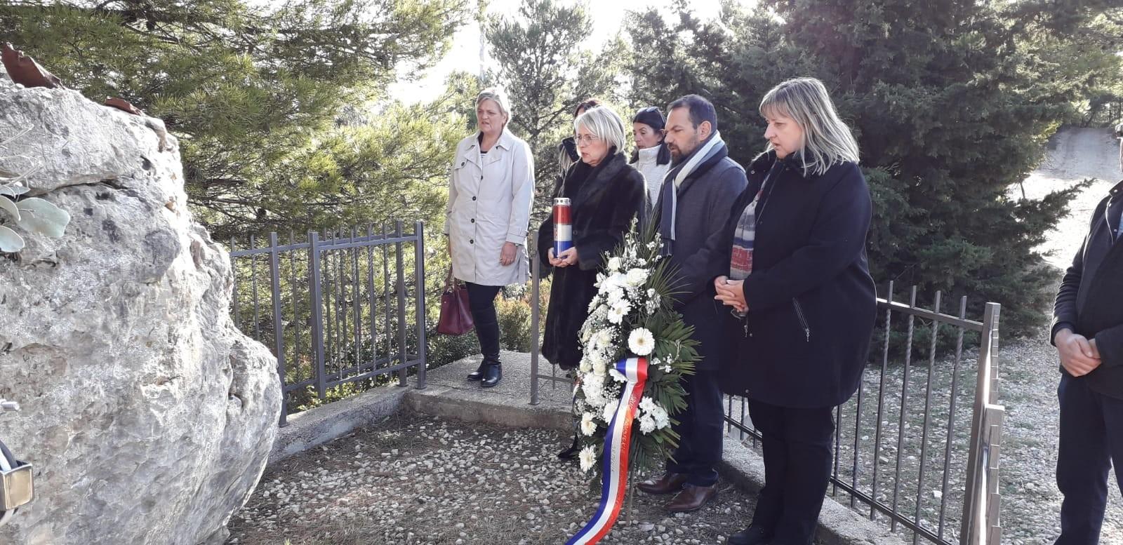 Polaganjem vijenaca na spomenicima na području Grada odana počast  poginulim braniteljima